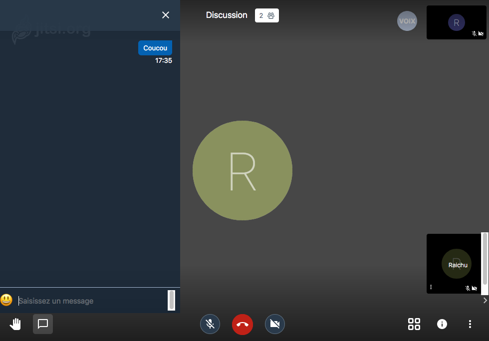 Capture d'écran en utilisation de l'outil de visioconférence qu'on a installé. On voit le tchat avec «coucou» posté, le micro et la caméra barrés en bas avec entre les deux le téléphone rouge pour raccrocher, en haut au centre «discussion 2» pour indiquer qu'il y a deux personnes dans la discussion. En haut à droite un «R» pour indiquer un des correspondants, au centre un «R» comme «Raichu», en bas à gauche «Raichu»