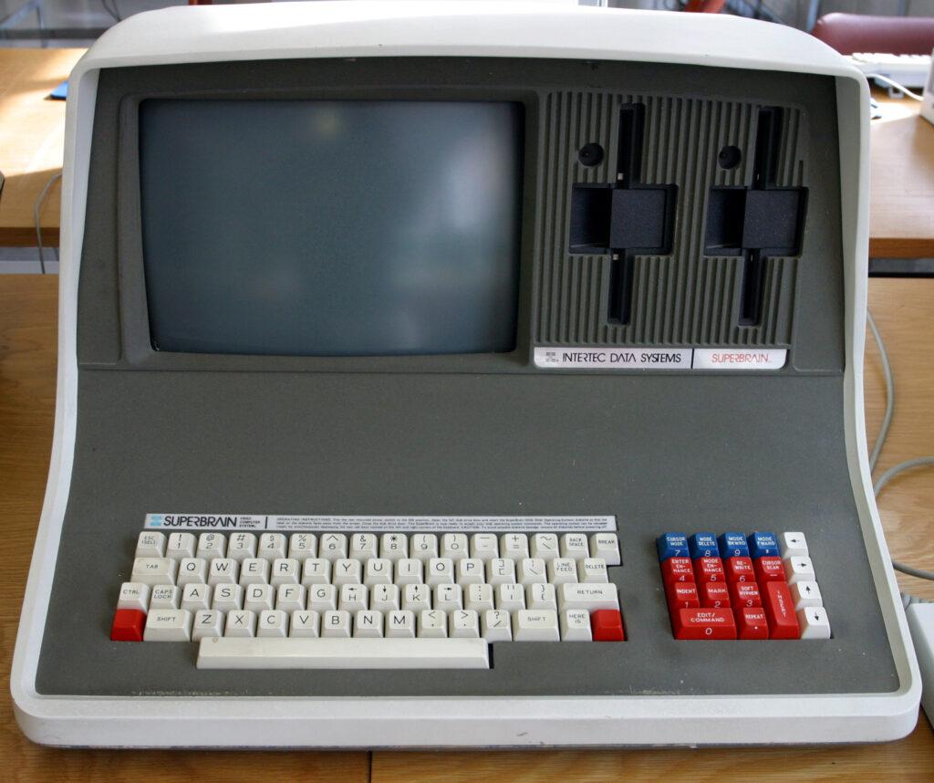 Un micro-ordinateur Interlec Superbrain du musée national d'informatique de Bletchley Park au Royaume Uni. Image sous licence CCBYSA 2.0, issue de l'article «Ordinateur» sur Wikipédia fr.